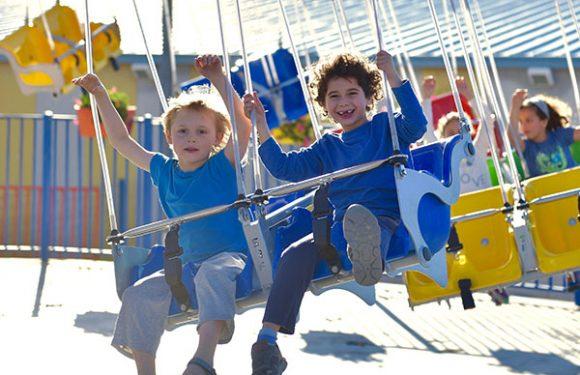 ילדים צוחקים בקרוסלת שרשראות מסתובבת