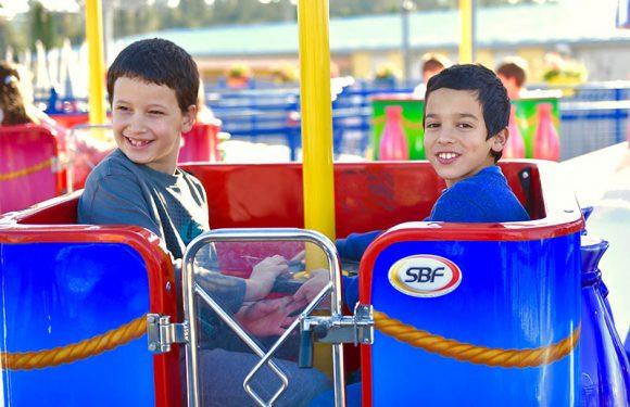 2 ילדים מחייכים בקרוסלת בלון פורח