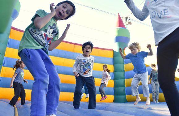 ילדים קופצים ונהנים בארמון מתנפח