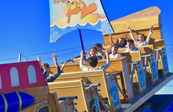 ילדים נהנים עם ידיים למעלה בזמן שהסירה מטלטלת אותם
