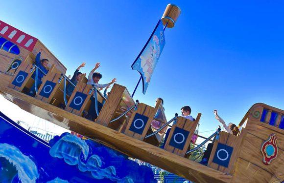 ילדים בסירה על הגל בשיפוע