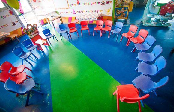 כיסאות כחולים ואדומים מסודרים במעגל בחדר יום הולדת