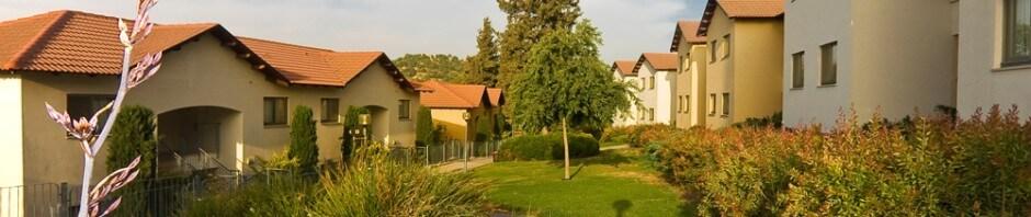 חמישה מבנים חיצוניים של המלון עם צמחייה ירוקה